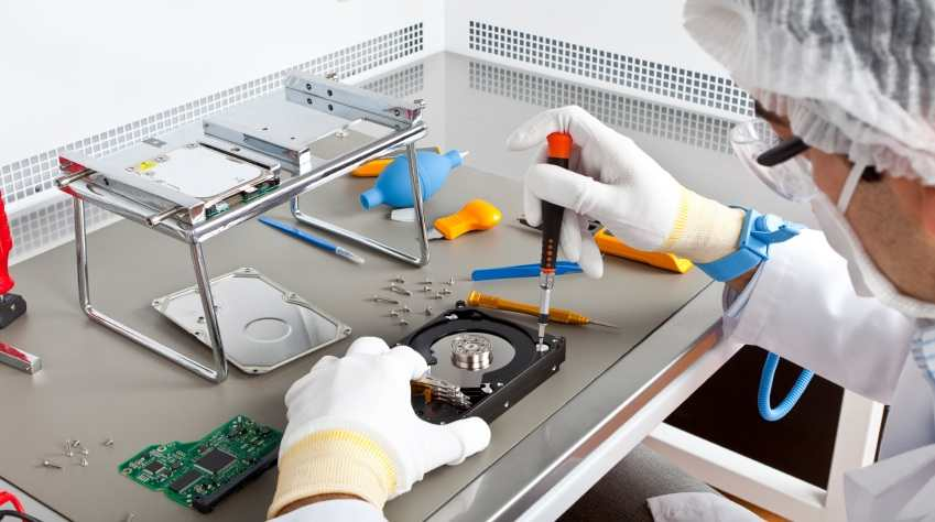 data recovery in clean room with instruments and platter recovery job
